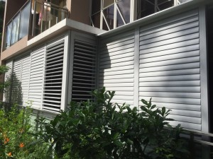 Flipable aluminium louvres door