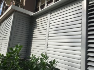 Flipable aluminium top hanging louvres door
