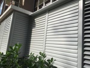 Flipable aluminium top hanging louvres door
